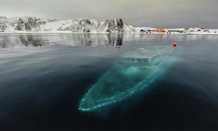 17- Sunken-yacht-Antarctica