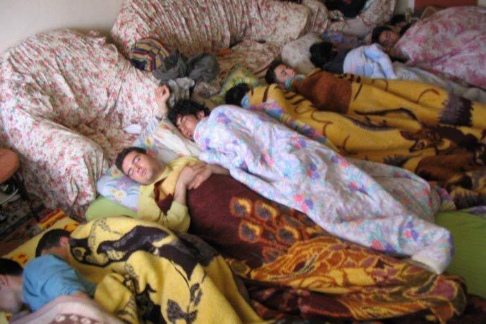 ogrenci-evi-battaniyeli-uyuyan-bir-takim-adamlar